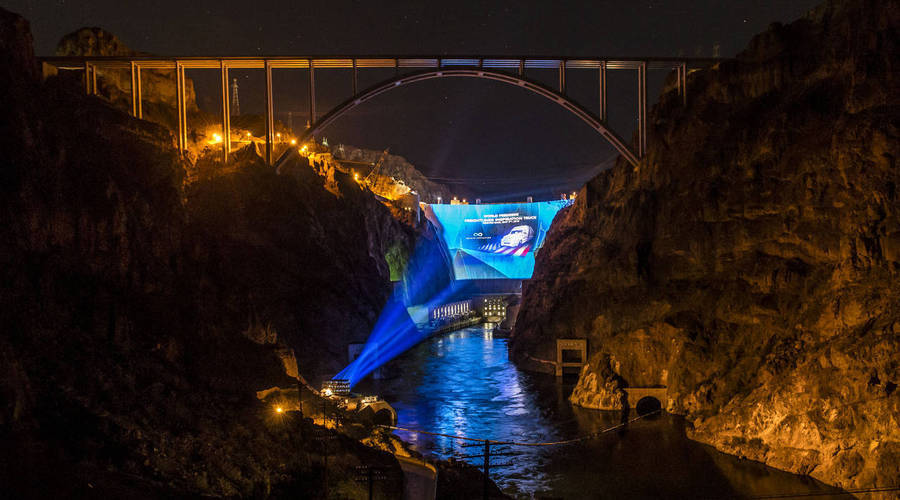The world premiere of the Freightliner Inspiration Truck at The Hoover Dam set a new Guinness World Record.Die Weltpremiere des Freightliner Inspiration Truck an der Hoover-Talsperre brachte einen Eintrag ins Guinness-Buch der Rekorde.