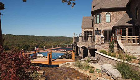 Этот дом в городке Харди (штат Арканзас, США) строился более четырех лет и имеет гараж на 14 автомобилей, стену для скалолазания высотой в четыре этажа, промышленного масштаба помещение по переработке оленины, большой спортивный корт и огромный бассейн.