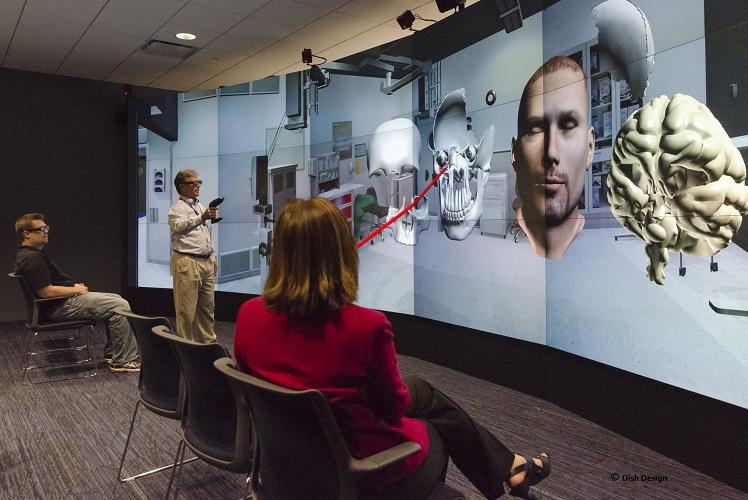 Центр Виртуальной Реальности в Межпрофессиональном Центре моделирования с эффектом погружения в виртуальную реальность Университета Толедо .  Фото принадлежит университету Толедо.