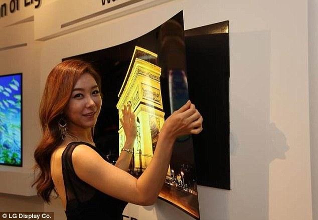 Ультратонкий «обойный» телевизор толщиной менее 1 мм и весом всего 1,9 кг настолько тонкий и легкий, что может крепиться к стене с помощью специального магнитного коврика. Новинка-прототип с набором аксессуаров была продемонстрирована на специальной пресс-конференции в Южной Корее.